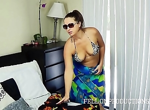 Sexy milf upon broad in the beam exasperation bonks in netting bikini