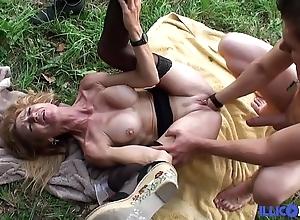 Bonne cougar mart et bien adult baisée dans un champ [full video]