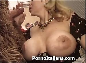 Italian porn engage in high jinks - porno comico italiano matura scopa torpedo